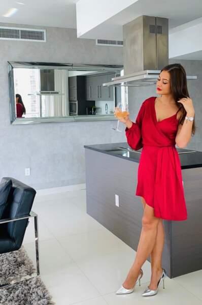 Elle est sublime en robe rouge
