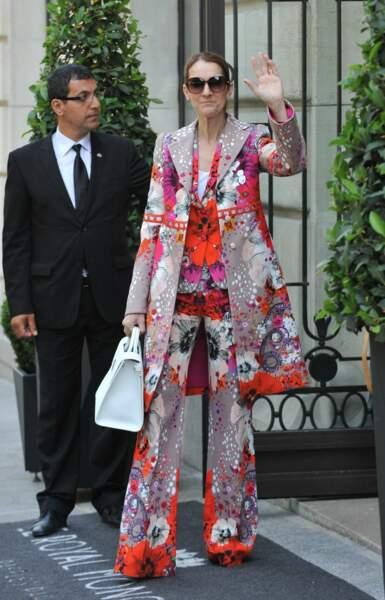 C'est le printemps, Céline sort la couleur dans cet ensemble signé Roberto Cavalli