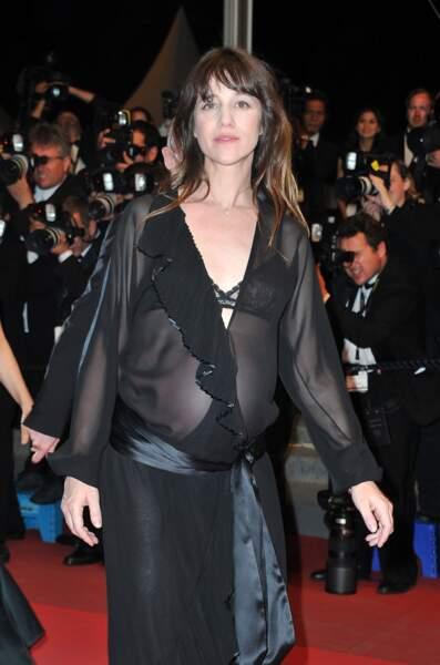 La transparence d'une robe noire pour souligner son ventre de femme enceinte en 2011
