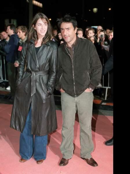 """En trench noir de cuir souple, à l'avant première de """"8 femmes"""" de François Ozon"""
