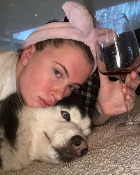 Et avec un verre de vin en plus (un seul hein), c'est un programme de rêve pour Ireland Baldwin.
