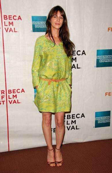 Fraiche et ceinturée dans une robe acidulée en 2007