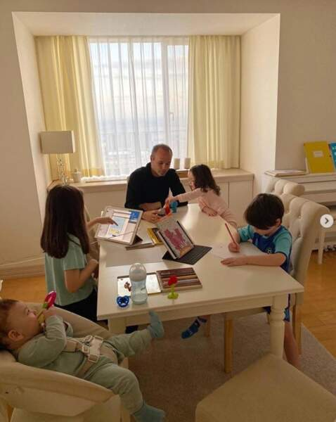Pendant ce temps-là, Andres Iniesta tentait d'occuper ses enfants à la maison.