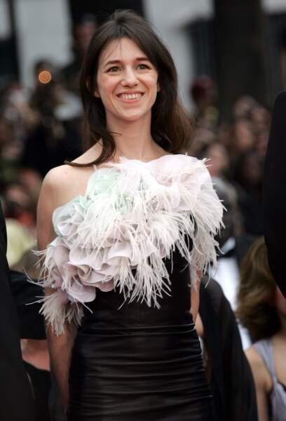 Son truc en plumes, joliment décolleté à Cannes en 2005