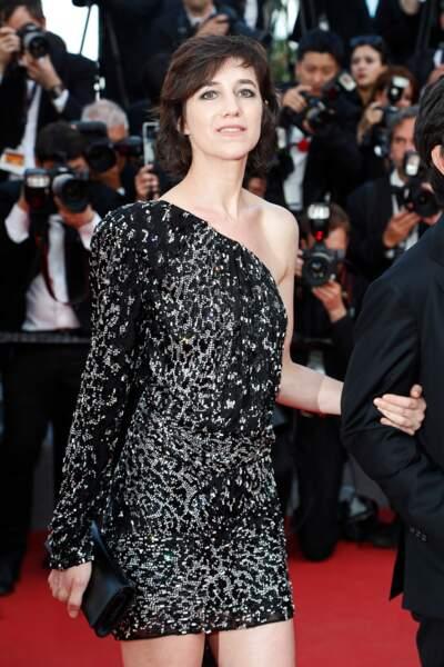 Décolleté asymétrique et motif léopard scintillant à Cannes en 2017