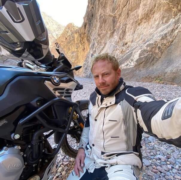 Ian Ziering ne reconnaissait plus personne en Harley-Davidson et en respectant une distance de sécurité d'un mètre au moins avec ses semblables.