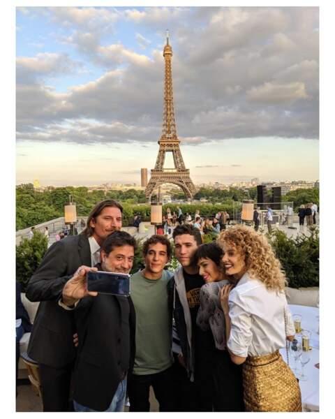 Avec Ursula Corbero (Tokyo), Miguel Herran (Rio), Jaime Lorente (Denver), Luka Peros (Marseille) et Enrique Arce (Arturo), ses copains de La Casa de Papel, elle s'éclate devant la tour Eiffel