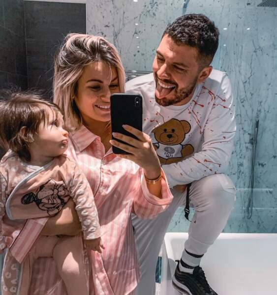 Kévin est lui aussi fou de sa petite famille et a posté une photo d'eux en pyjama