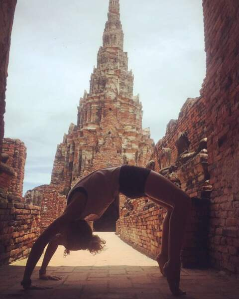Sa passion ? Le yoga, qu'elle pratique même pendant ses voyages à l'étranger