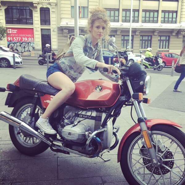 La moto, en revanche, semble moins adaptée pour elle visiblement