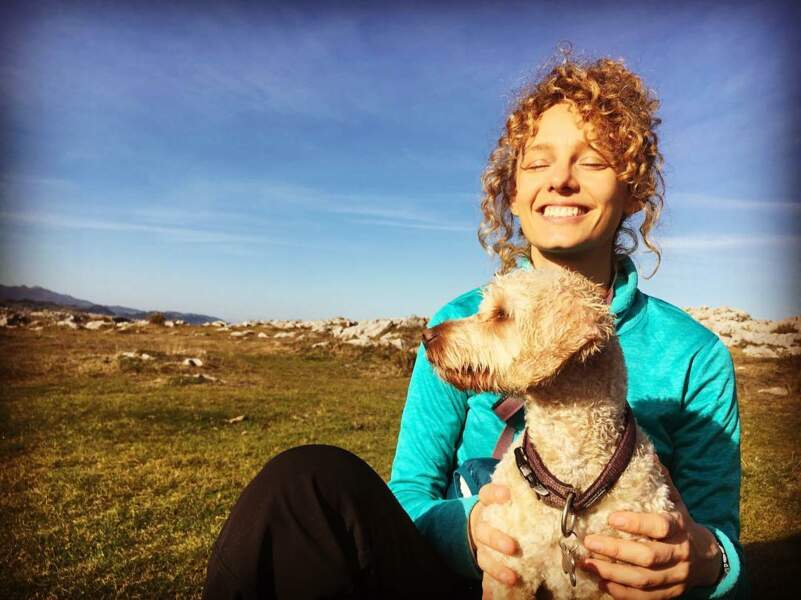 Esther a de quoi être heureuse : entre elle et son chien, c'est une histoire qui dure