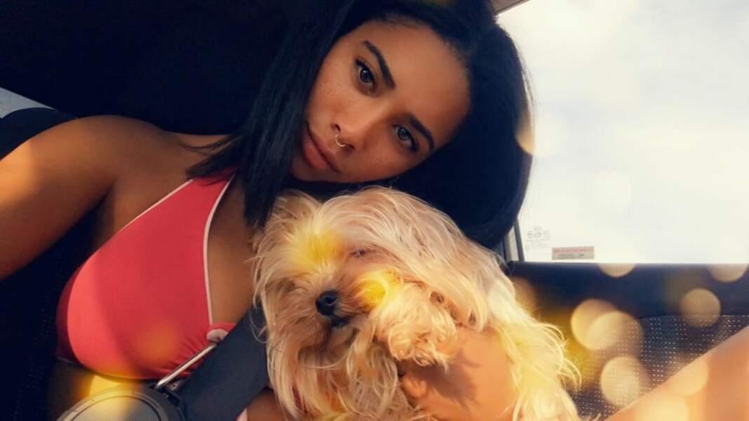 Elle partage ses passions, mais aussi ses moments avec son chien