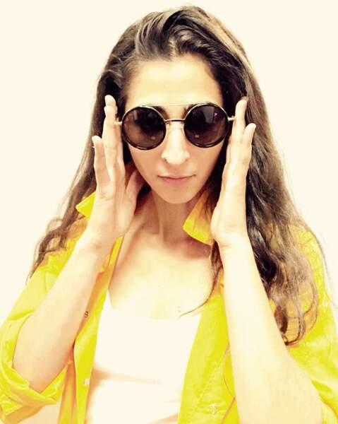 En tout cas, côté lunettes de soleil, Alba est bien équipée. Elle en a des noires...