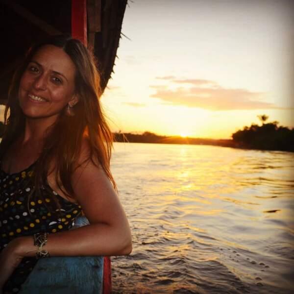 Durant ses voyages, elle en profite pour admirer les coucher de soleil...