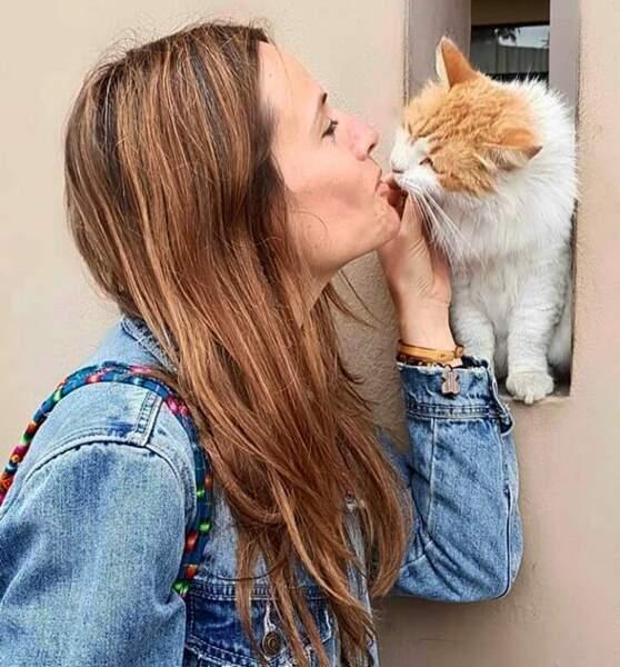Itziar Ituño ne dit jamais non à un bisou... venant d'un petit chat !