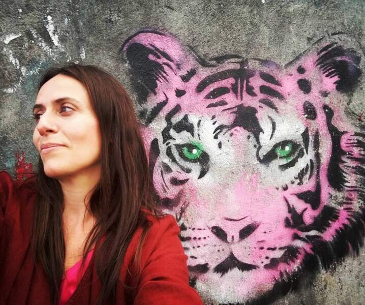 Même quand elle voit des fresques avec des animaux, elle ne résiste pas à un petit selfie