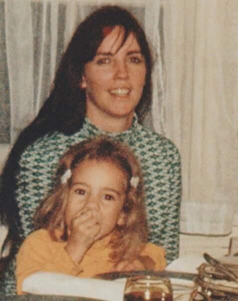 La voici avec sa maman, Patricia.