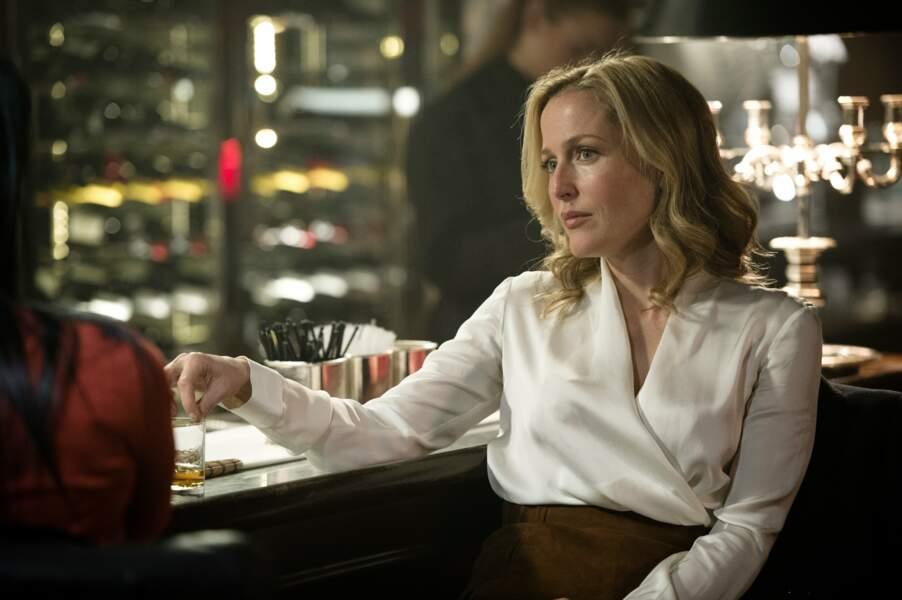 La même année, elle est la super flic Stella Gibson qui traque un tueur en série dans la série The Fall