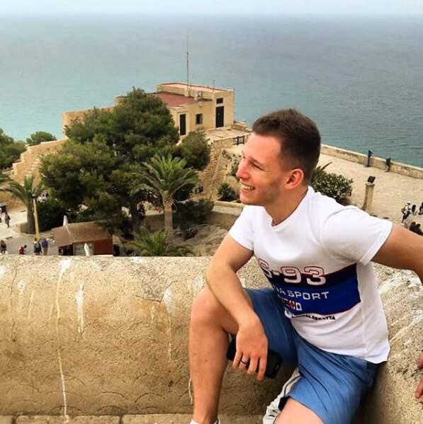 En vacances, où il s'autorise quelques poses devant de beaux paysages...