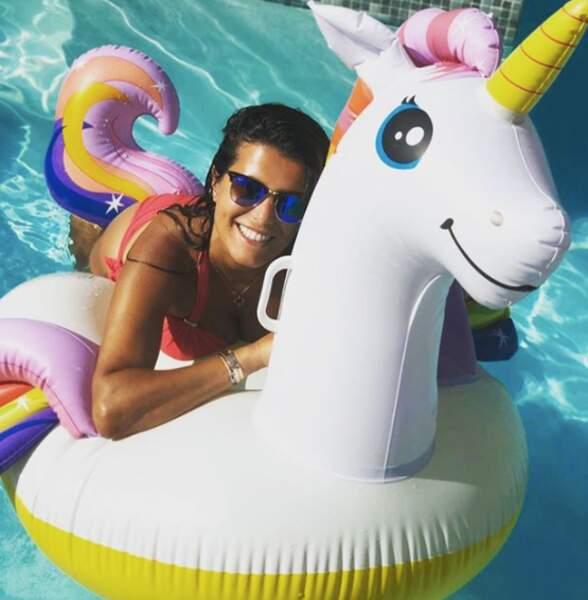 Karine Ferri retrouvant une âme d'enfant à la piscine
