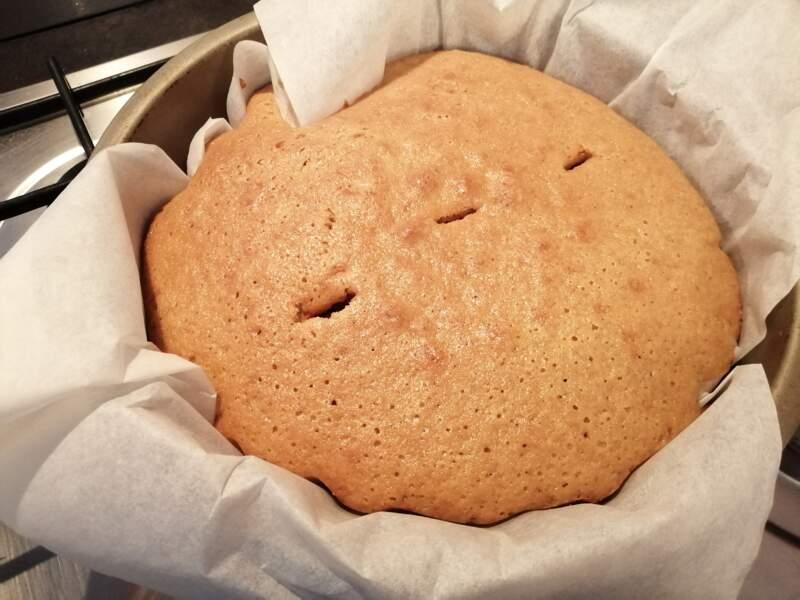 Claire a cuisiné un magnifique gâteau au yahourt. On serait bien venu en prendre une part !