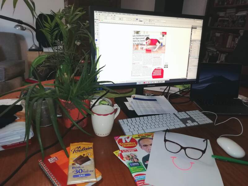 Oui, Clara, secrétaire de rédaction, mange un peu de chocolat en relisant les articles