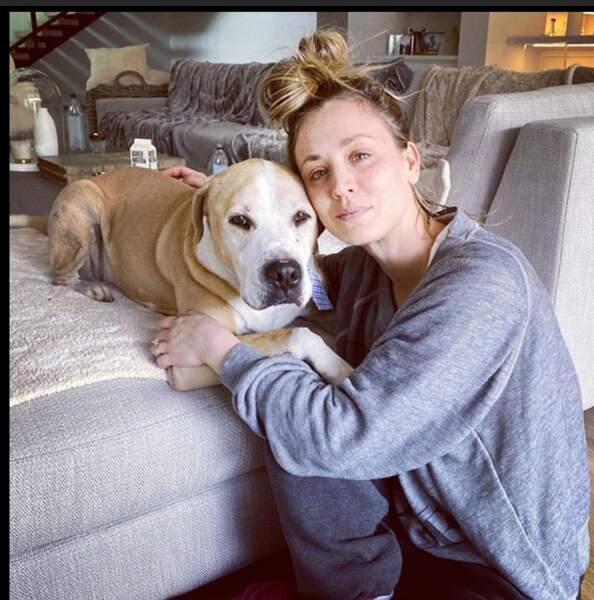 L'actrice Kaley Cuoco adore poser  avec son chien.