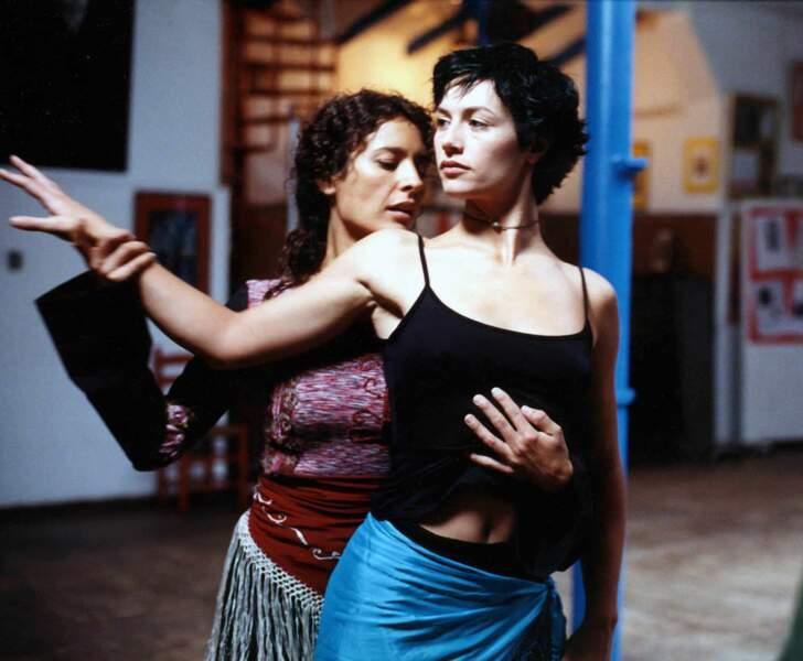Cécile de France interprète Isabelle, une jeune Belge homosexuelle qu'essaye de séduire Xavier. Ce sont les débuts de la jeune comédienne belge.