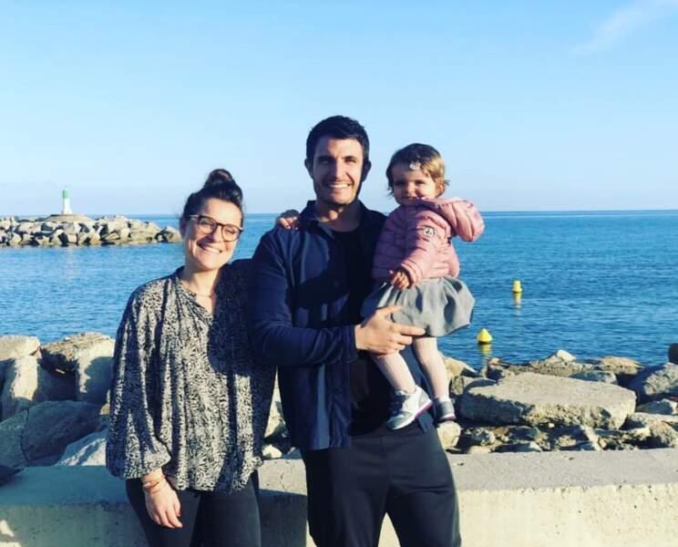 Julie et Denis (Pékin Express) posent avec leur fille
