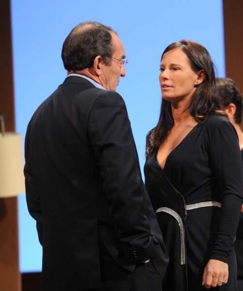 """Sur la scène du théâtre du Gymnase, Jean-Pierre Pernaut discute avec sa femme Nathalie pour laquelle il a coécrit la pièce """"Piège à Matgnon"""" (2012)"""