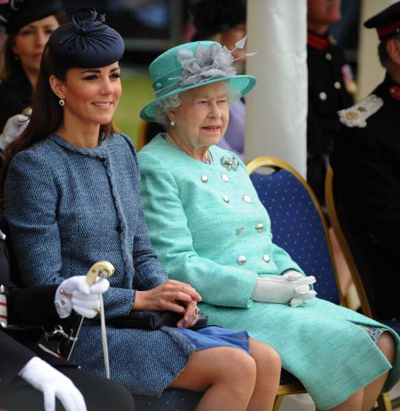Auprès de la reine Elizabeth II, un nouveau standing s'impose (juin 2012).