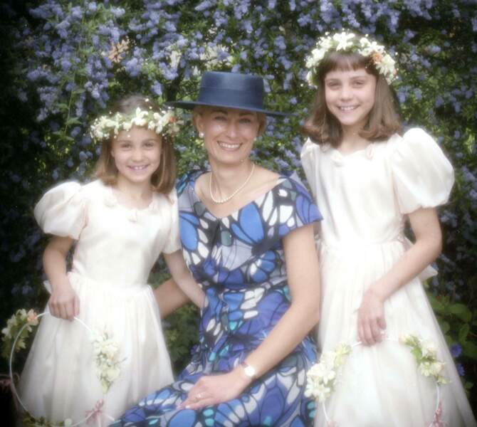 """Carol Middleton et ses deux filles, l'ainée Catherine (""""Kate"""") à droite et Philippa (""""Pippa"""") à gauche, 20 ans avant le mariage royal de Kate."""
