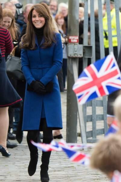 En écosse, Kate s'habille chez un écossais: le styliste Christopher Kane qui lui fournit ce manteau bleu marine lors de la visite de la duchesse à Dundee en octobre 2013.