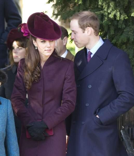 Pour l'office de Noel 2011 à l'église de Sandringham, Kate Middleton porte un manteau pourpre signé Jane Corbett.