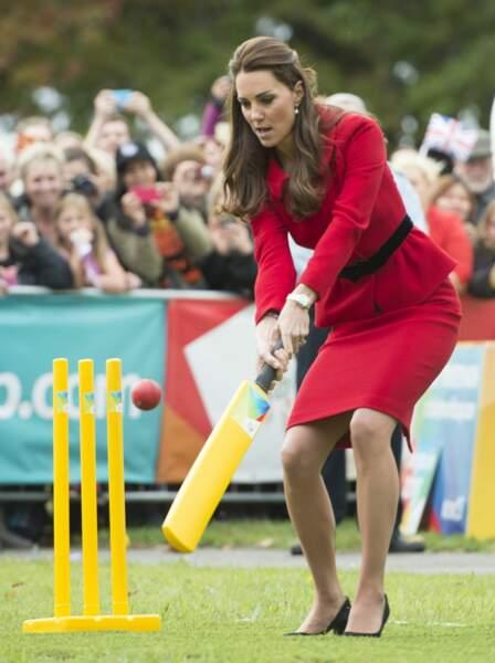 Portant une tenue rouge signée Luisa Spagnoli, Kate s'essaye aux jeux traditionnels (2014)
