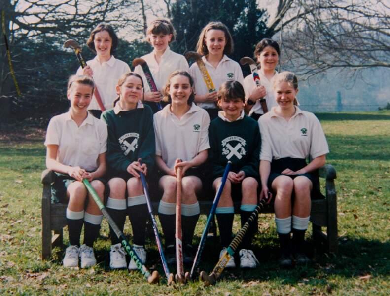 Elève modèle au premier rang et au centre de son groupe au lycée St-Andrews. Photo de classe du début des années 90 où Kate excellait dans les activités sportives