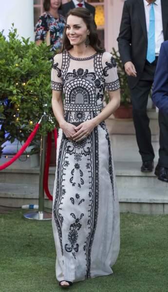 Kate apprécie beaucoup les robes légères d'Alice Temperley mêlant broderies et imprimés ethniques. Kate en porte lors de certains voyages comme ici à New Delhi, en Inde, en avril 2016.