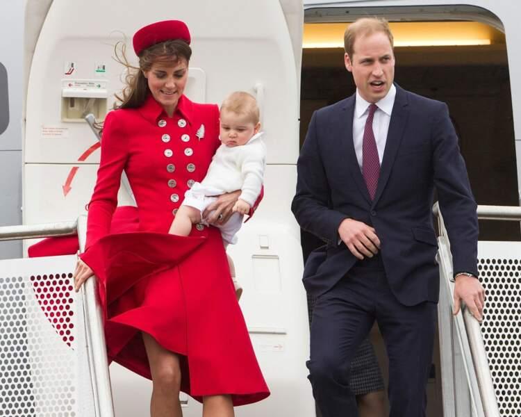 Pour sa venue en Nouvelle-Zélande en 2014, Kate reprend une tenue signée Catherine Walker, la styliste préférée de Lady Diana pour qui elle avait dessiné la plupart de ses robes de soirée.