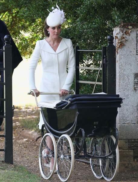 Sarah Burton, de la maison Alexander McQueen, est l'interlocutrice privilégiée de la duchesse de Cambridge en matière de mode pour ce qui concerne les cérémonies protocolaires, comme ici le baptême de Charlotte en juillet 2015
