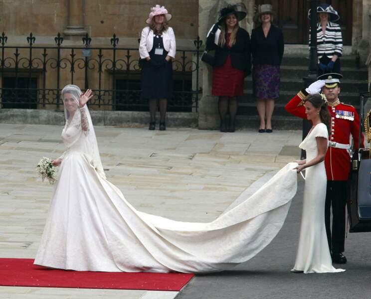 Au printemps 2011 c'est un changement de vie pour la jeune Catherine qui devient duchesse de Cambridge. C'est Sarah Burton, directrice artistique d'Alexander McQueen, qui lui dessine la robe de mariée.