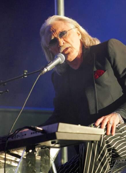 Christophe retrouve le succès à l'aube du nouveau siècle avec un style électronique intimiste. Il remonte sur scène (ici à Lille en 2004) après 26 ans d'absence.