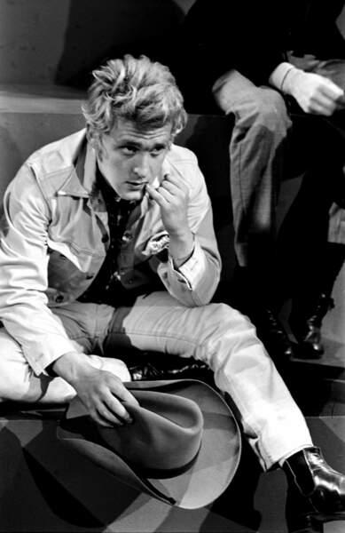 Christophe est un admirateur d'Elvis Presley et, comme cela se voit, de James Dean ! Ici lors d'une émission de télévision en 1966.