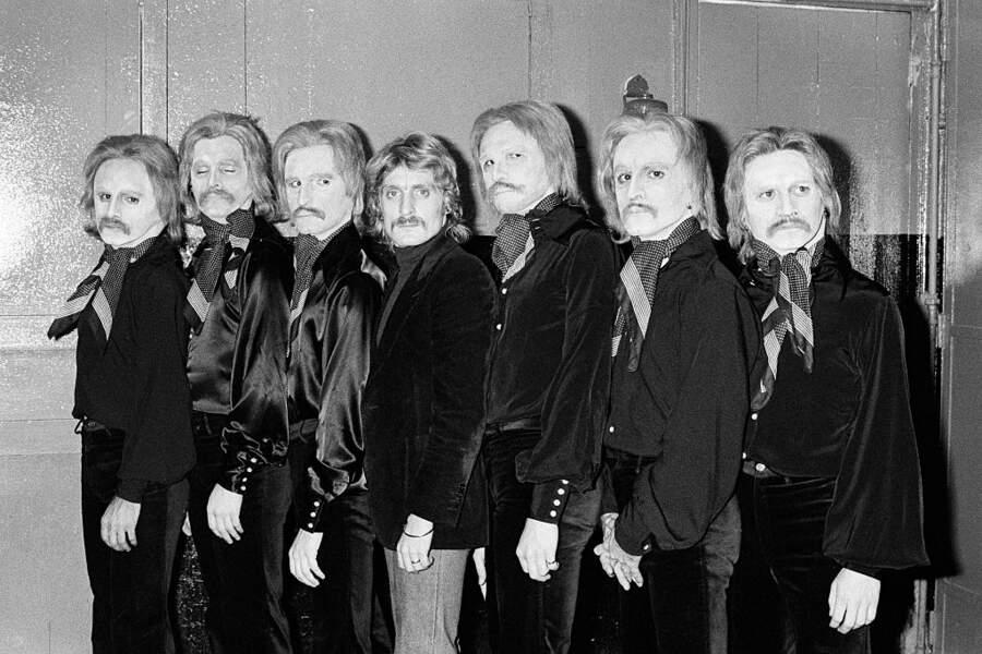 Lors d'un spectacle à l'Olympia en 1974 avec plusieurs sosies. La moustache l'a changé mais le reconnaîtriez-vous?