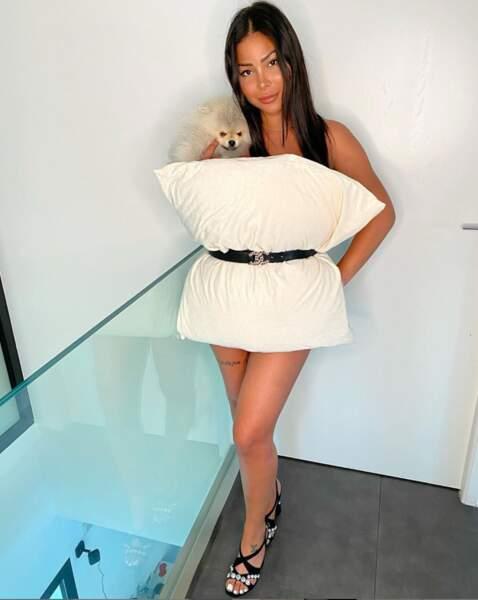 Même pour poser avec un coussin, Maëva Ghennam fait intervenir son chien Hermes.