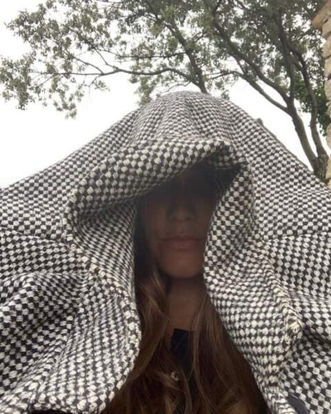 Joyce Jonathan a cherché du wifi dans son jardin par temps de pluie.
