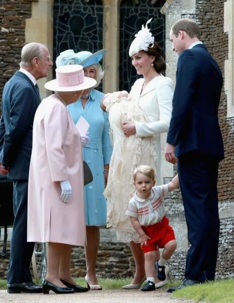 Le 5 juillet, Charlotte est baptisée à l'église Sainte-Marie-Madeleine à Sandringham. Si tout le monde semble prendre le temps de contempler la princesse, George a bien du mal à rester en place !