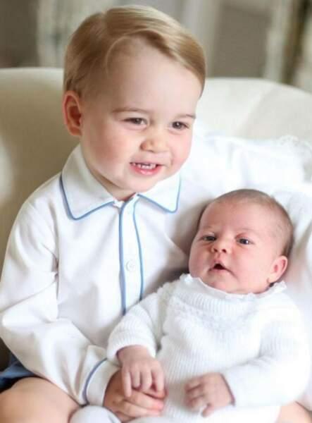 Son grand frère George n'est pas peu fier de poser avec sa soeur, alors âgée d'un mois ! Une photo pleine de tendresse prise par leur maman, la duchesse de Cambridge