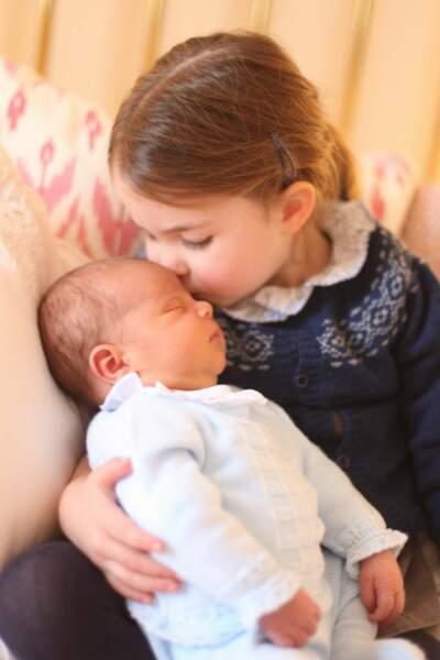 Kate ne se lasse pas de photographier ses enfants et nous offre ce portrait très touchant de Charlotte avec son frère