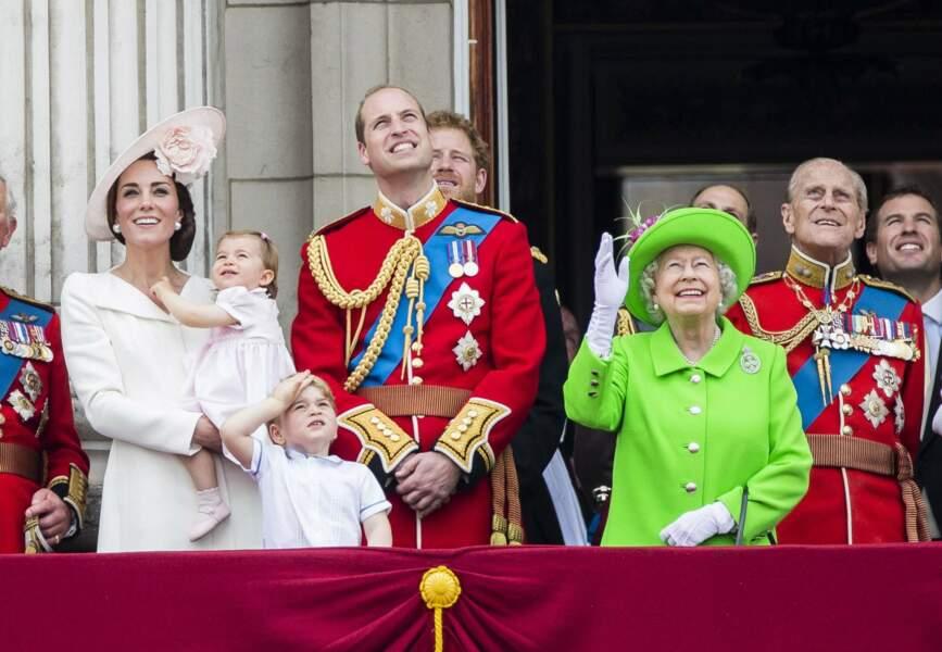 Premier Trooping The Colour impressionnant pour notre jeune princesse... mieux vaut rester dans les bras de maman !