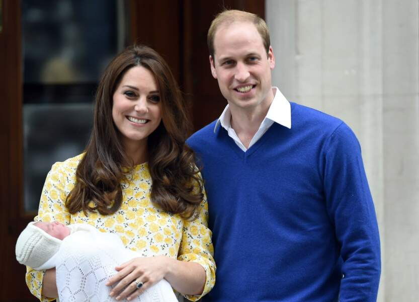 La princesse Charlotte est née le 2 mai 2015 au St. Mary's Hospital de Paddington à Londres ! On l'a voit ici avec ses parents Kate et William à la sortie de la maternité